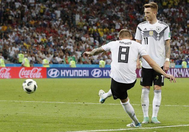 Toni Kroos (vlevo) střílí vítězný gól Němců proti Švédsku.