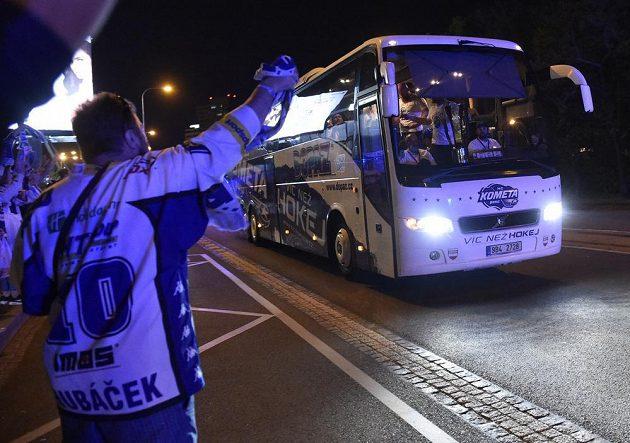 Slavící fanoušci vítají hokejisty Komety v Brně.