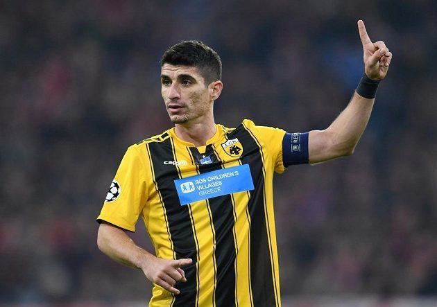 Fotbalista řeckého AEK Atény Petros Mantalos gestikuluje během utkání na hřišti Bayernu v Lize mistrů.