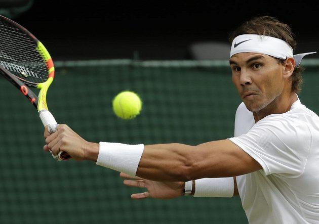 Španělský tenista Rafael Nadal v akci během semifinále Wimbledonu.