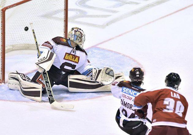 Brankář Sparty David Honzík dostává druhý gól od Olomouce.