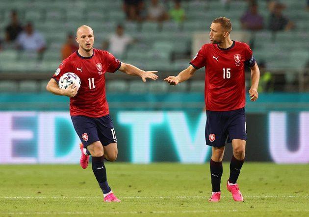 Česká radost! Útočník Michael Krmenčík se raduje s Tomášem Součkem poté, co se do dánské sítě trefil Patrik Schick ve čtvrtfinále EURO.