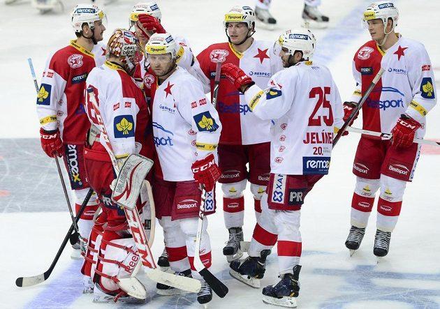 Hokejisté pražské Slavie slaví výhru nad Pardubicemi.