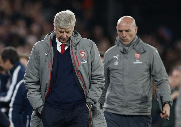 Trenér Arsenalu Arséne Wenger zklamaně odchází ze stadiónu Crystal Palace.