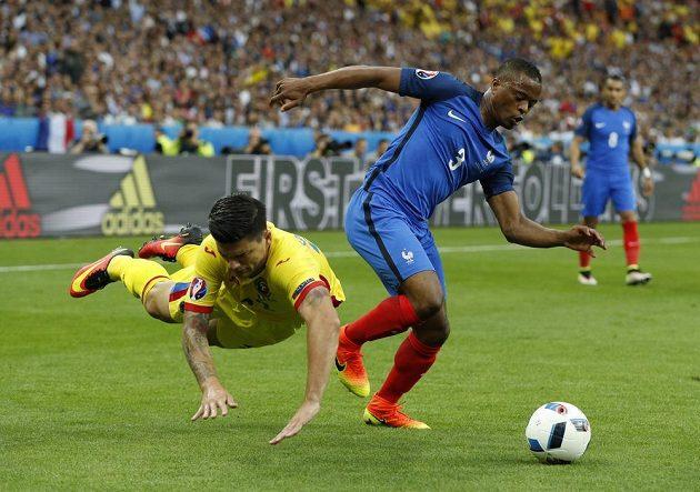 Rumun Cristian Sapunaru (vlevo) padá po souboji s Francouzem Patricem Evrou.