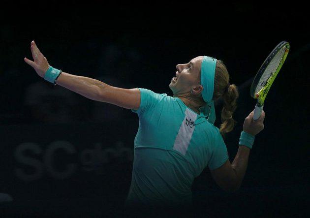 Ruská tenistka Světlana Kuzněcovová smečuje v zápase s Karolínou Plíškovou.
