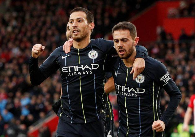 David Silva (vlevo) a Bernardo Silva z Manchesteru City se při utkání v Southamptonu radují z gólu.