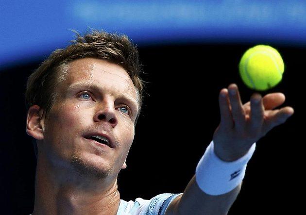 Český tenista Tomáš Berdych si nadhazuje míček při podání proti Rafaelu Nadalovi ve čtvrtfinále Australian Open.