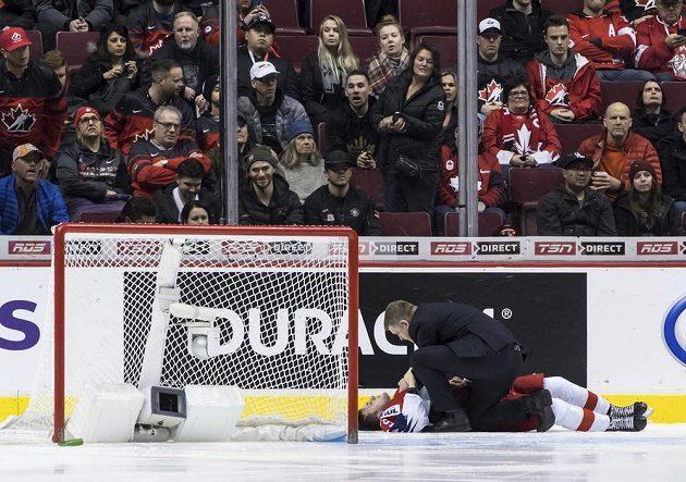 Český hokejista Michael Gaspar leží na ledové ploše po kolizi s brankovou konstrukcí během duleu s Dánskem na MS do 20 let.