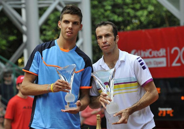 Finále tenisového challengeru Czech Open - vítěz Radek Štěpánek (vpravo) porazil Jiřího Veselého (vlevo) ve dvou setech 6:4 a 6:2.