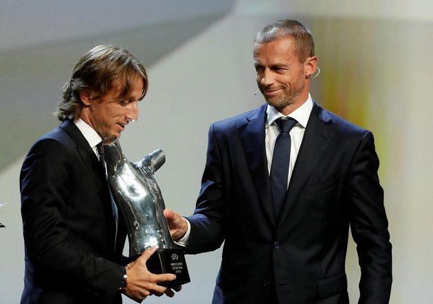 Luka Modrič (vlevo) z Realu přebírá trofej pro nejlepšího fotbalistu Evropy od šéfa UEFA Aleksandra Čeferina.