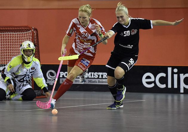 Ida Sundbergová z Pixbo Wallenstam IBK (uprostřed) a Emili Kumpuniemiová z SB Pro (vpravo).