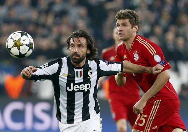 Andrea Pirlo (vlevo), režisér hry Juventusu, si dělá prostor před Thomasem Müllerem z Bayernu.