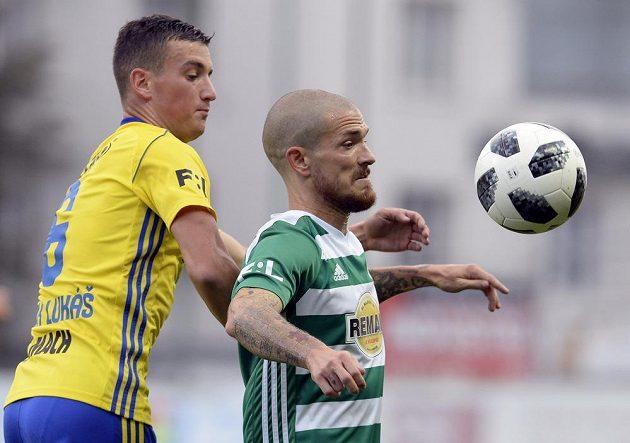 Zleva Lukáš Holík ze Zlína a David Bartek z Bohemians v 8. kole první fotbalové ligy.