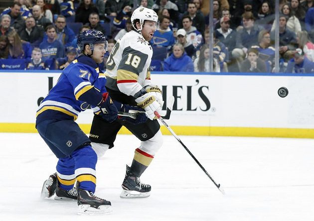 Český útočník St. Louis Blues Vladimír Sobotka se dere za pukem přes soupeře z Vegas Golden Knight v utkání NHL.