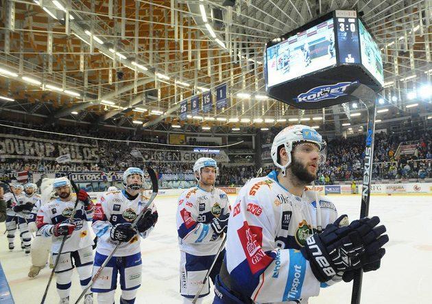 Hokejisté Brna slaví vítězství nad Chomutovem.