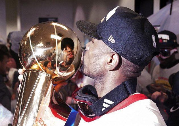 Další z opor Toronta Serge Ibaka líbá po triumfu trofej pro šampiony NBA.