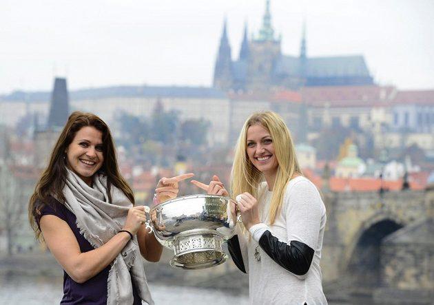 Tenistky Lucie Šafářová (vlevo) a Petra Kvitová drží před Karlovým mostem pohár pro vítězky Fed Cupu.