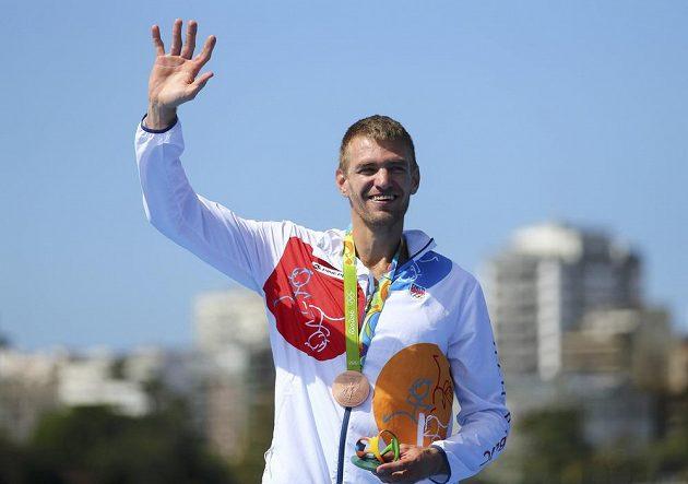 Skifař Ondřej Synek se raduje z bronzové medaile na olympiádě v Riu.