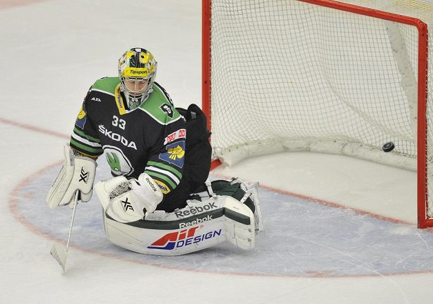 Brankář Boleslavi David Rittich inkasuje rozhodující gól v samostatných nájezdech v utkání s Libercem.