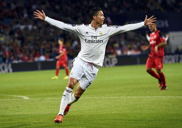 Cristiano Ronaldo oslavuje svůj druhý gól do sítě Sevilly.