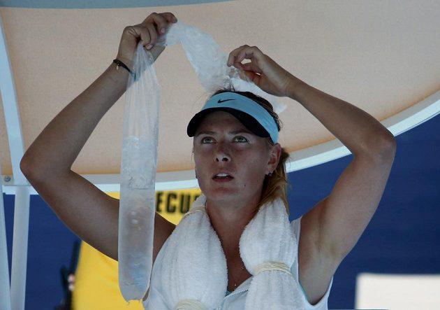 Ruska Maria Šarapovová si chladí hlavu v utkání proti Karin Knappové na Australian Open.