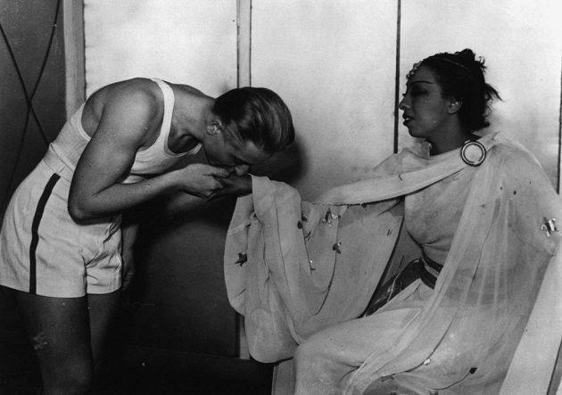 Snímek z roku 1930. Zdeňka Koubková při setkání s proslulou herečkou a zpěvačkou Josephine Bakerovou.