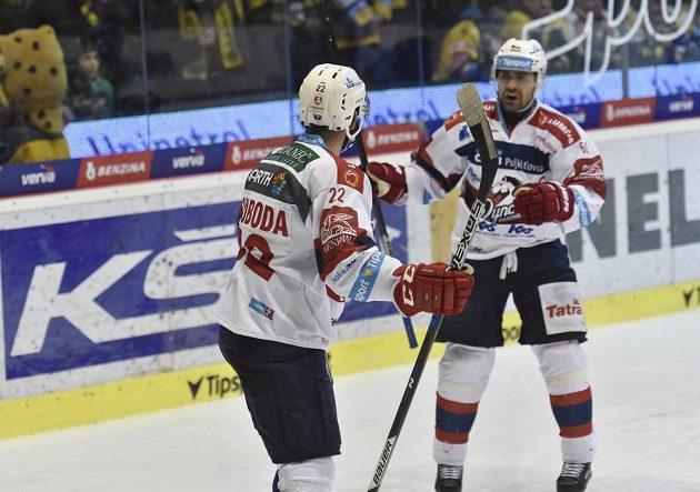 Z gólu se radují pardubičtí útočníci Tomáš Svoboda (vlevo) a Tomáš Rolinek.
