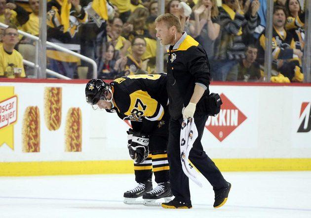 Zraněný Sidney Crosby opouští led v průběhu třetího zápasu semifinále Východní konference NHL.