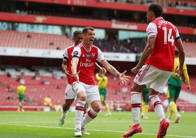 Radost fotbalistů Arsenalu během utkání Premier League s Norwichem.