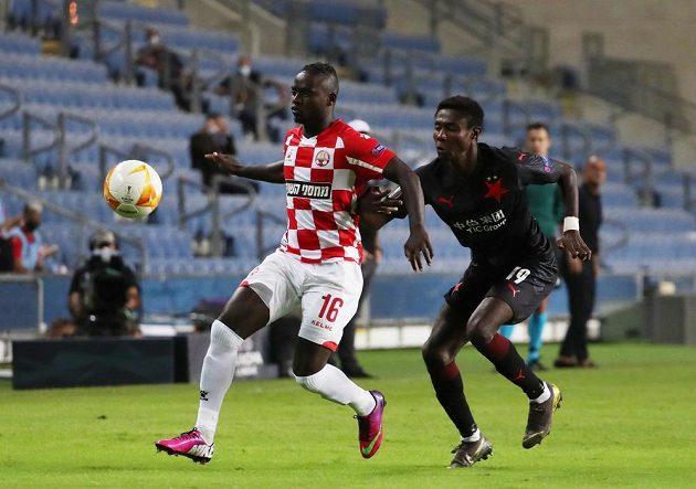 Za míčem míří Sintayehu Sallalich (vlevo) z Beer Ševy, sleduje ho slávista Oscar.