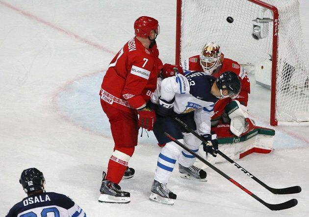 Finský hokejista Oskar Osala dává gól v utkání s Běloruskem na mistrovství světa 2017.