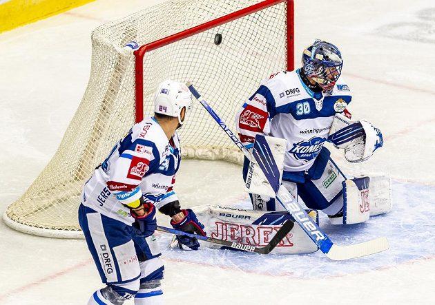 Brankář Brna Matej Tomek inkasuje gól v duelu s Kladnem, přihlíží jeho spoluhráč Michal Gulaši.