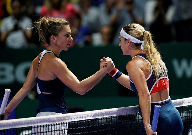 Rumunka Simona Halepová (vlevo) si po zápase podává ruku s Dominikou Cibulkovou.