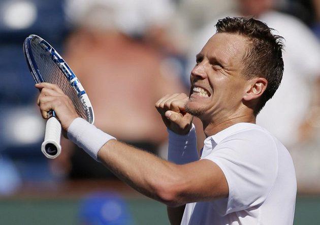 Vítězné gesto Tomáše Berdycha při duelu s Rafaelem Nadalem.
