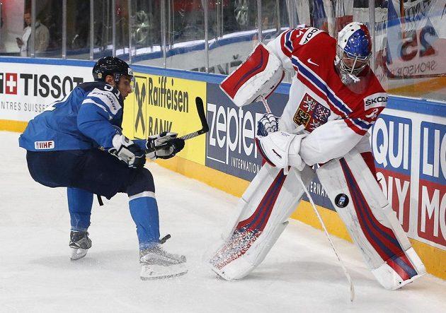 Finský útočník Valtteri Filppula sleduje rozehrávku českého brankáře Petra Mrázka během utkání mistrovství světa.