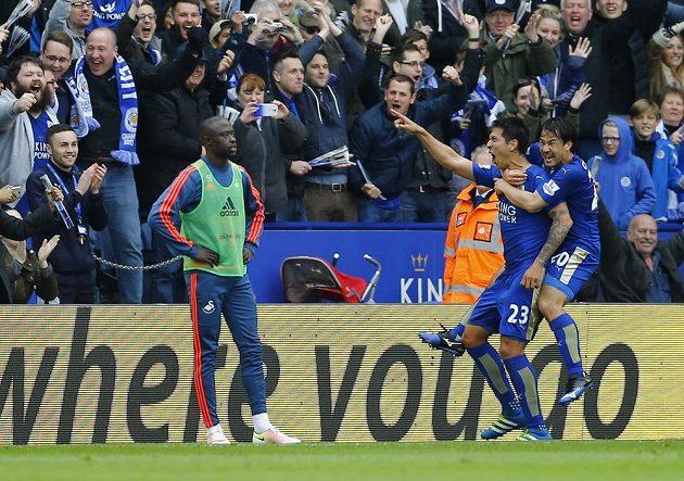 Leonardo Ulloa oslavuje druhou branku během utkání Leicesteru se Swansea