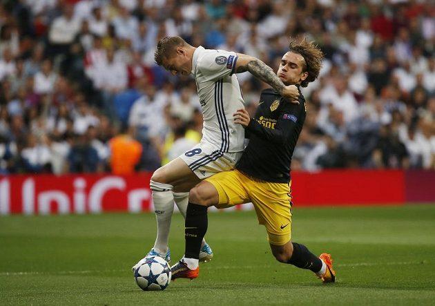 Toni Kroos z Realu Madrid v souboji s Antoinem Griezmannem z Atlétika Madrid v úvodním semifinále Ligy mistrů.