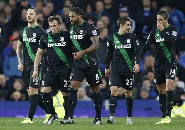 Záložník Stoke Xherdan Shaqiri (druhý zleva) slaví se spoluhráči gól na hřišti Evertonu.