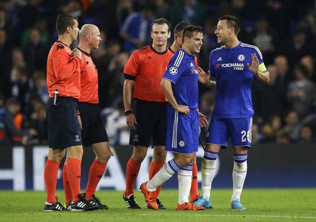 Fotbalisté Chelsea John Terry (vpravo) a Cesar Azpilicueta o poločasové přestávce diskutují s českým sudím Pavlem Královcem, který neodpískal v utkání Ligy mistrů proti Dynamu Kyjev penaltu po nafilmovaném pádu Diega Costy v šestnáctce.