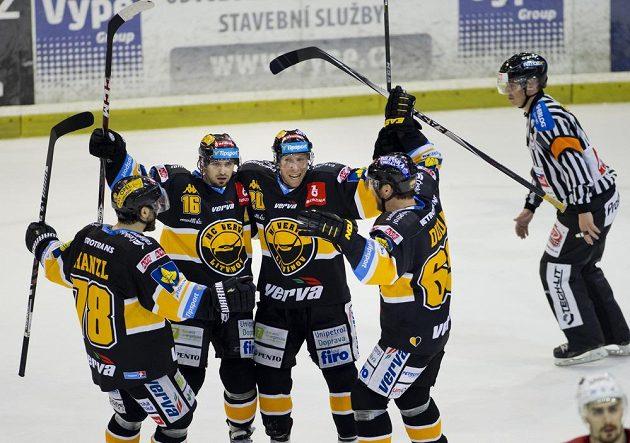 Litvínovský útočník František Lukeš (druhý zleva) se raduje z gólu na ledě Slavie. Verva jeho zásluhou vyhrála v Edenu 4:3 v prodloužení.