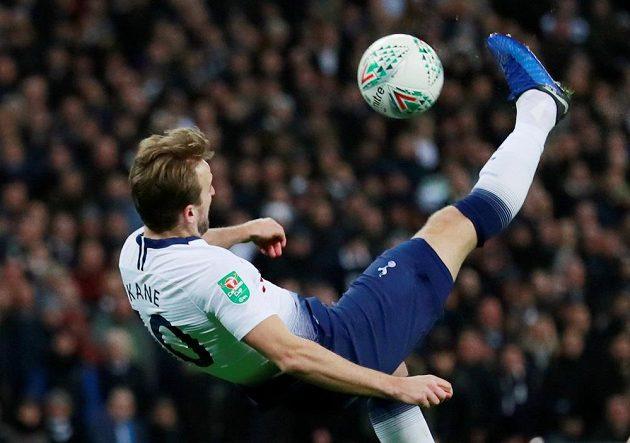 Ostrostřelec Tottenhamu Harry Kane pálí na branku Chelsea.