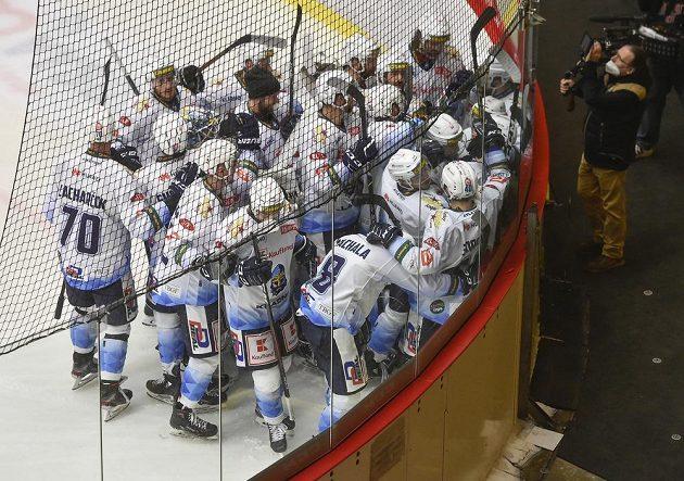 Radost kladenských hokejistů z vítězství ve čtvrtém finále první ligy proti Jihlavě.