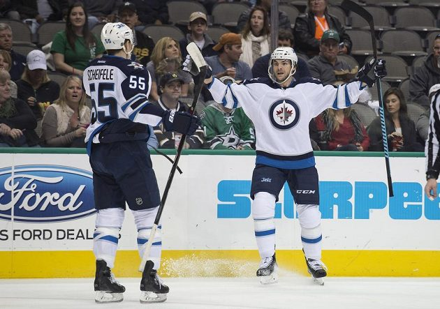 Útočník Winnipegu Michael Frolik (vpravo) slaví se spoluhráčem Markem Scheifelem gól proti Dallasu.