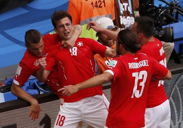 Švýcaři slaví gól Admira Mehmediho (druhý zleva).