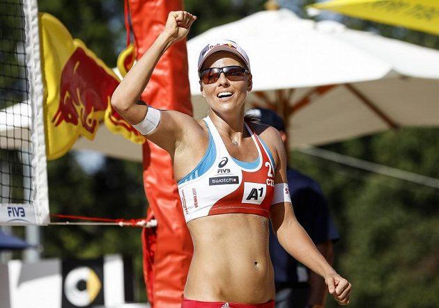 Markéta Nausch Sluková oslavuje bod v zápase s Finskem.