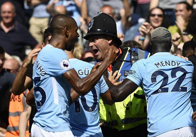 Hráče Manchesteru City musela při oslavě gólu na 2:1 krotit policie.