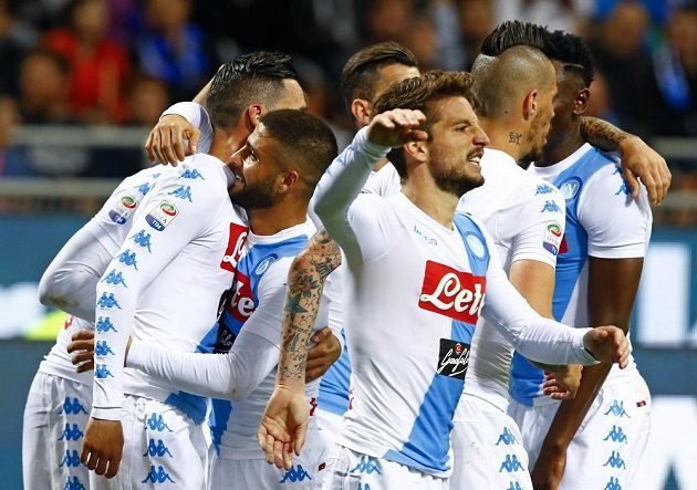 Fotbalisté Neapole slaví gól do sítě Interu Milán.