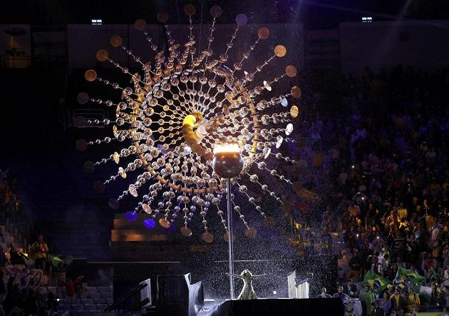 Zhasínají olympijský oheň v Riu.