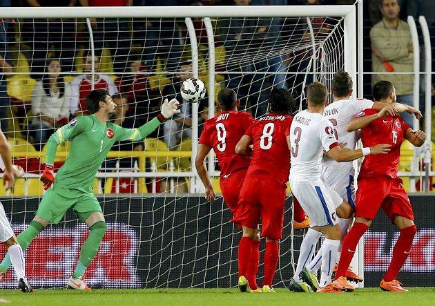 Tomáš Sivok (druhý zprava) střílí vyrovnávací gól České republiky v Istanbulu proti Turecku.